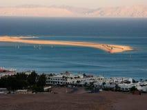 Escupida y montañas distantes de Dahab Fotos de archivo libres de regalías