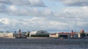 Escupitajo de la isla de Vasilievsky, del río y de las nubes en el verano - St Petersburg, Rusia de Neva almacen de metraje de vídeo