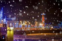 Escupitajo de Vasilyevsky Island en St Petersburg con illu de la Navidad Imagen de archivo