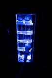 Escurecimento, beiras borradas Feche acima dos cabos azuis da rede conectados ao interruptor preto que incandesce na obscuridade Fotografia de Stock