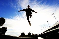 Escuridão do dia do salto de Parkour melhor Fotos de Stock Royalty Free