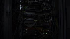 Escurid?o na sala do servidor Diodo emissor de luz verde de piscamento da l?mpada do servidor Interruptor dos ethernet da rede vídeos de arquivo