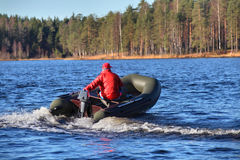 Escuro - barco de borracha verde, inflável do bote com motor, LAK da floresta imagens de stock royalty free