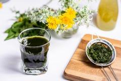 Escuro - bebida opaca verde em um vidro imagem de stock royalty free