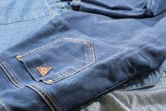 Escuro - bolsos de calças de ganga Foto de Stock
