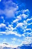 Escuro - céu azul com nuvens imagem de stock royalty free