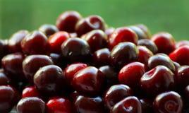 Escuro - cerejas vermelhas Imagens de Stock Royalty Free