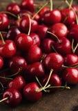 Escuro - cerejas vermelhas Fotos de Stock Royalty Free