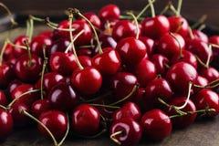 Escuro - cerejas vermelhas Fotografia de Stock