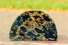 Escuro - corte mineral azul e alaranjado da pedra Fotos de Stock