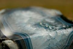 Escuro - corte mineral azul e branco da pedra Fotografia de Stock