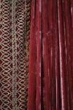 Escuro - cortinas vermelhas de veludo Fotos de Stock