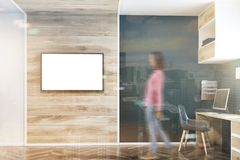 Escuro - escritório domiciliário azul da parede, dobro da tela da tevê Fotografia de Stock Royalty Free
