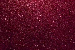 Escuro - fundo efervescente vermelho das lantejoulas pequenas, close up Contexto brilhante imagem de stock
