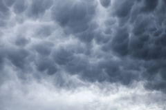 Escuro - fundo tormentoso cinzento do céu nebuloso Fotografia de Stock