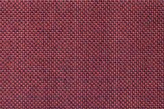 Escuro - fundo vermelho de matéria têxtil com teste padrão quadriculado, close up Estrutura do macro da tela Imagem de Stock