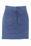 Escuro - mini saia de brim azul isolada no fundo branco Fotografia de Stock Royalty Free