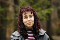 Escuro - mulher vermelha do cabelo Imagens de Stock
