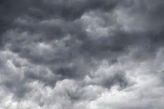 Escuro - nuvens cinzentas em um céu do temporal Perigo durante um storm_ foto de stock
