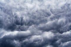 Escuro - nuvens dramáticas azuis e cinzentas imagem de stock