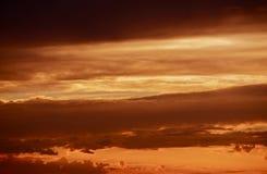 Escuro - nuvens tormentosos vermelhas Imagens de Stock Royalty Free