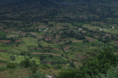 Escuro - paisagem verde da vila indiana Satara fotografia de stock royalty free