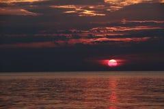Escuro - por do sol vermelho no horizonte Imagem de Stock