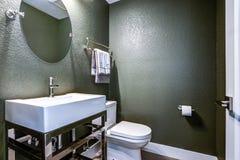 Escuro - sala de pó cinzenta com lavatório do cromo imagem de stock royalty free