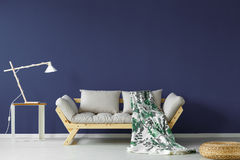 Escuro - sala de visitas azul imagens de stock royalty free