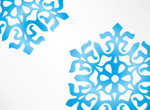 Escuro - snowfloke azul na neve Fotografia de Stock Royalty Free