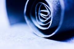 Escuro - sumário azul, imagem do fundo de uma espiral de papel Imagem de Stock