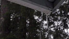 Escurrimiento de la lluvia del canal viejo en la parte inferior del hogar almacen de video