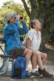 Escursione, birdwatching e campeggio senior delle coppie Fotografie Stock Libere da Diritti