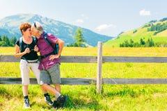 Escursione degli anziani nelle montagne Fotografie Stock Libere da Diritti