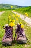 Escursione degli stivali su un modo Fotografia Stock