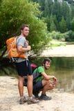 Escursione degli uomini che riposano dopo l'aumento lungo in natura Fotografia Stock Libera da Diritti