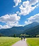 Escursione dei turisti in montagne Fotografia Stock