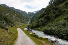 Escursione del percorso nella valle di Valle Aurina immagini stock libere da diritti