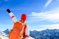 Escursione del successo, donna felice in montagne di inverno Fotografia Stock Libera da Diritti