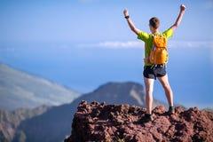 Escursione del successo, uomo del corridore della traccia in montagne Fotografia Stock