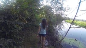 Escursione del trekking della donna nella giungla della foresta pluviale Elevi il punto di vista posteriore di giovane viandante  stock footage
