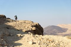 Escursione del turista nell'avventura di viaggio del deserto Immagini Stock