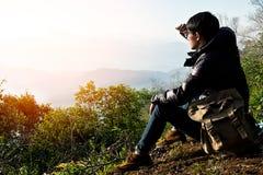 Escursione del viaggiatore e dello zaino dell'uomo all'aperto Fotografie Stock