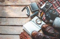 Escursione dell'attrezzatura di viaggio su fondo di legno con Copia-spazio Concetto di attività di festa di scoperta di avventura Fotografia Stock Libera da Diritti