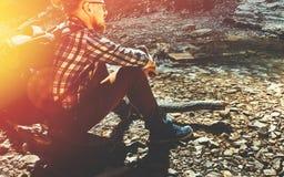 Escursione dell'esploratore Concept del campo di viaggio Uomo bello del viaggiatore con il BAC immagine stock libera da diritti
