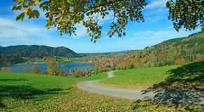 Escursione dell'itinerario sopra il villaggio di schliersee nelle alpi bavaresi Immagini Stock