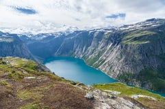 Escursione dell'itinerario a Trolltunga vicino alla valle ed alle montagne del lago Fotografia Stock Libera da Diritti