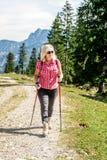 Escursione della donna con gli occhiali da sole Fotografie Stock