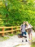 Escursione della mappa backpacking della lettura delle coppie sul viaggio Immagine Stock