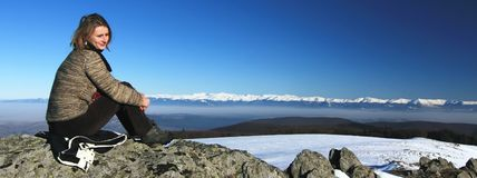 Escursione della ragazza in cima alla montagna Fotografie Stock